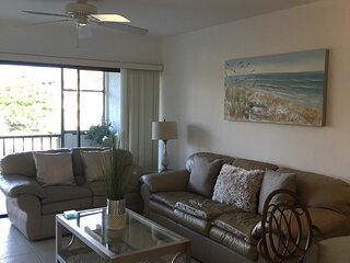 Beautiful lakeview condo for rent within Parkshore Resort