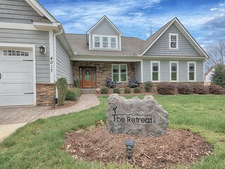 TheRetreat . Expansive NC lake-front home with view, pool, dock