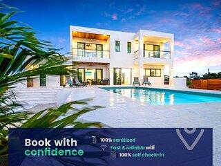 Luxury Villa: Private Pool, VIP Transport, Extras!