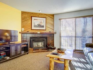 Year-Round Pool + Hot Tubs, Grills, Tennis, Walk to Resort/Bus to Town, Balcony,