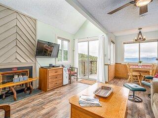 Sunny ski condo near the slopes w/ a full kitchen & private balcony