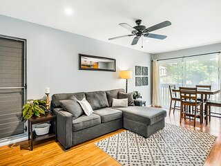 Ideally located condo w/ AC & shared pool - walk to the beach & downtown!