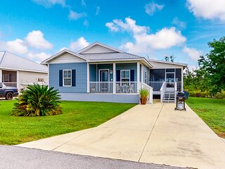 Family friendly home with central air conditioning, screened-in porch, and WiFi!