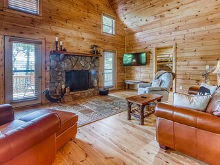 Secluded, dog-friendly getaway w/ a wood-burning fireplace & spectacular views