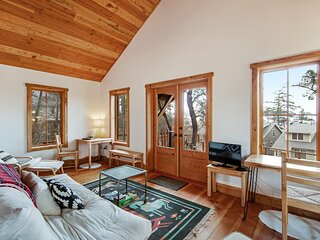 Secluded & stylish eco love nest right in town - perfect for work & play