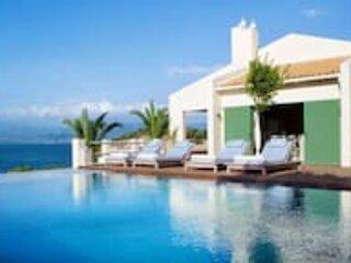 Villa Amalia. Sleeps 18. Large seafront estate with pool and yoga platform, alquiler vacacional en Grecia Occidental