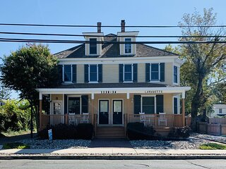 Cozy, contemporary condo with covered porch 147365