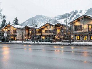 Full Service Aspen Condo Walk To Town. Outdoor Heated Pool & Hot Tub, Airport Sh