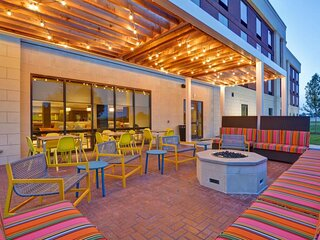 Three Modern and Comfy Units, Pool, Fitness Center, Parking and Breakfast