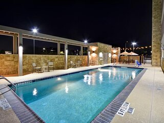 Near Attractions, 2 Modern Units, Pool, Parking