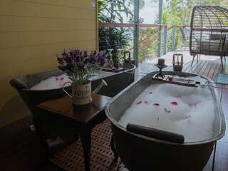 BOUTIQUE couples retreat, sauna, heated spa pool and mountain views