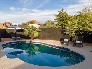 One-of-A-Kind Arcadia Get-away w/ Heated Pool + Guesthouse