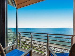 Waterfront beach condo w/ a furnished balcony, Gulf view, & shared pool