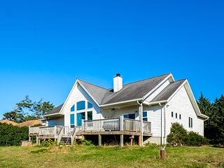 Ocean view home w/huge deck & yard, hot tub, firepit & game room - dogs OK!