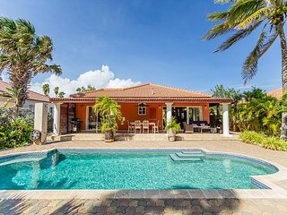 Welcoming Villa w/Private Pool, Guest House & BBQ. Located on TDS Golf Course