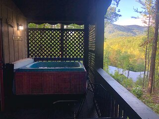 Mountain-top Cabin Get-away w/ Hot Tub & a View! Only 10 minutes from Helen!