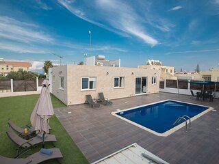 Protaras Broadway Villa GD42, 3 Bed villa with pool in the center of Protaras