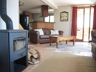 Chalet Letach, Mountain Views, Cosy Feel, Sleeps 12, Close to Lifts, Lake & Town