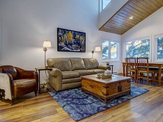 Long Stay Deals! Steps to Pool/Hot Tub/Eat/Drink/Trails/Free Bus to Town, Spacio