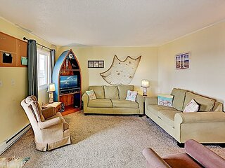 Summer Winds Condo on Top Floor | Pool, Grill, 3 TVs | Walk to Beach & Dining