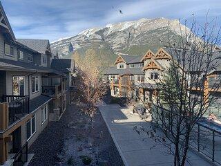 Scenic Mountain Retreat 1 Bedroom + Den. Hot Tub!!