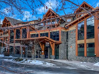 Sophisticated Mountain 2 Bedroom with Pool and Movie Theatre