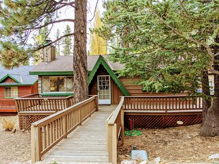 Sunny Bear Cabin Sierra Style Bear Mountain Single Story Chalet / Minutes to Ski