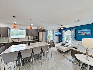 The Crab | Updated Gem with Hot Tub, Grill & 2 Bikes | Walk to Beach & Shops
