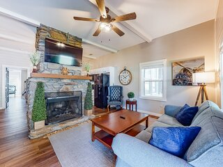 Downtown suite with TV and shared lawn - walk to downtown Helen!