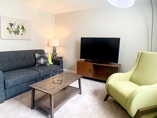 ~ Urban Mass Ave Flat ~ Student and Healthcare Discounts! ~