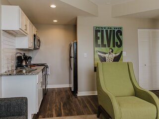~ Renovated Mass Ave Flat ~ Student and Healthcare Discounts! ~