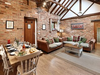 The Stables Cottage, heated pool & hot tub - onsite farm shop & cafe