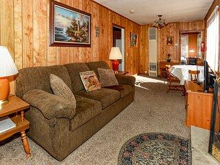 Eagles Cottage / Walk To Lake & Dining / Streaming TV & Hi Speed Internet