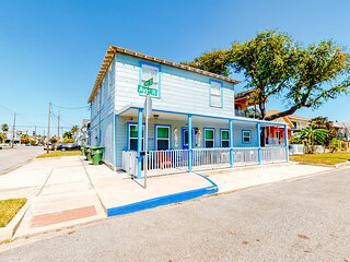 Gorgeous, spacious retreat, w/gas grill & picnic table,  4 blocks from the beach