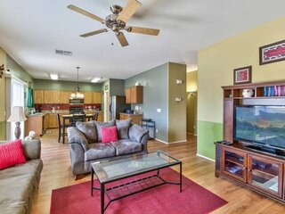 Perfect Getaway! Pet Friendly, Patio, 2 Community Pools, Playground, Sand Volley