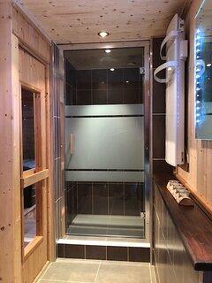 grande douche salle d'eau privée chambre DUO