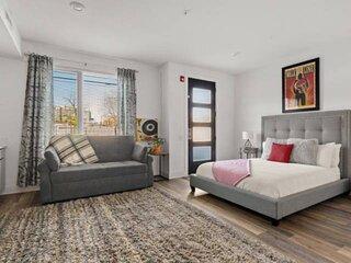 Endeavor Downtown Studio Condo ~ 3 miles to Broadway ~ First Floor ~ Designated