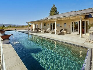 Bella Terra | Chef's Kitchen, Waterfall Pool & Spa | Walk to Vineyards