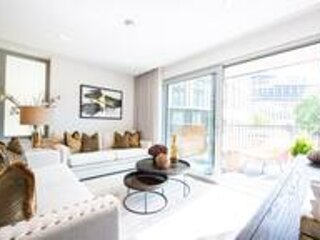 Stunning New 3 Bedroom Apartment Edgware Road, holiday rental in Willesden