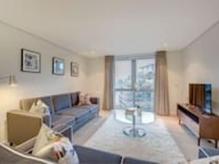 Beautiful and modern three-bedroom waterside apartment in Paddington, holiday rental in Willesden