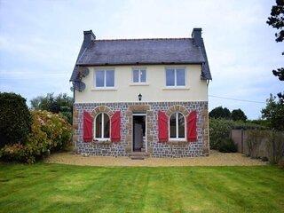Maison bretonne renovee avec WIFI et jardin clos a LANDRELLEC