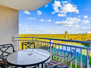 Tropical getaway w/private balcony, shared pool/hot tub - dog & family friendly!