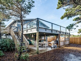 Family-friendly house w/ ocean view & private hot tub - walk to beach, dogs OK!