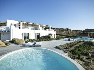 Paraga Villa Sleeps 16 with Pool and Air Con - 5834011