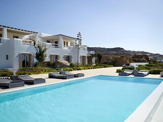 Paraga Villa Sleeps 16 with Pool and Air Con - 5834010