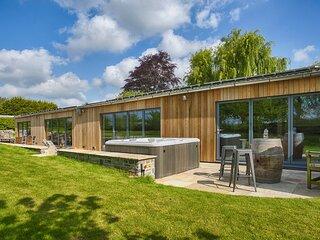 Langport Villa Sleeps 16 with Pool - 5835448