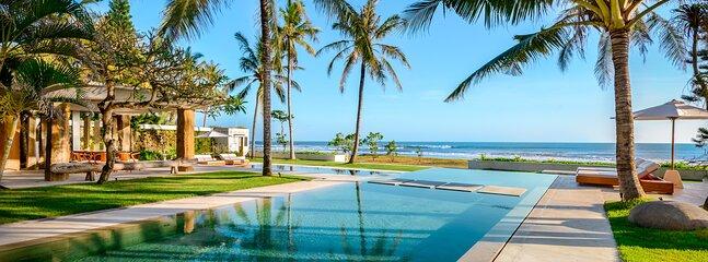 Tanjung Pinang Villa Sleeps 16 with Air Con - 5873336, vacation rental in Tanah Lot