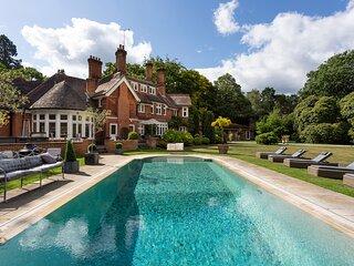 Ascot Villa Sleeps 30 with Pool - 5874256
