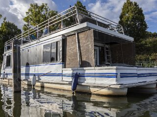 'RIVERSCAPES' HEATED HOUSE-BOAT + HOT TUB