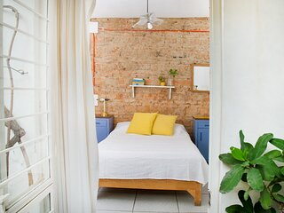 Private double room in urban sanctuary, no street noice, La Americana